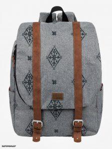 022ac815af84a Z plecaków korzystają osoby w różnym wieku